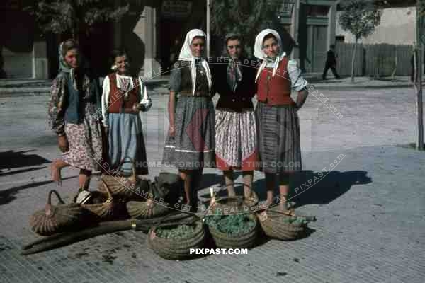 http://www.pixpast.com/static2/preview2/stock-photo-peasant-girls-selling-grapes-on-the-street-in-belgrade-serbia-1941-8084.jpg
